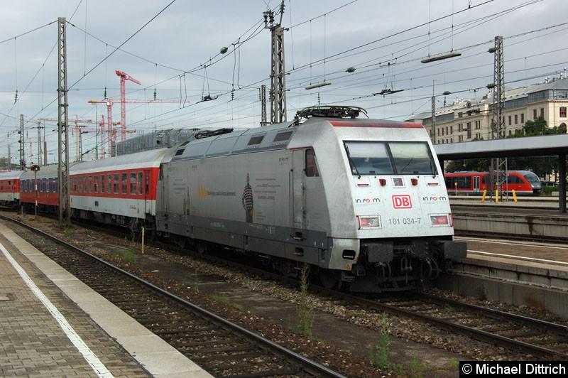 Bild: 101 034 wird gerade aus dem Hauptbahnhof von München gezogen.