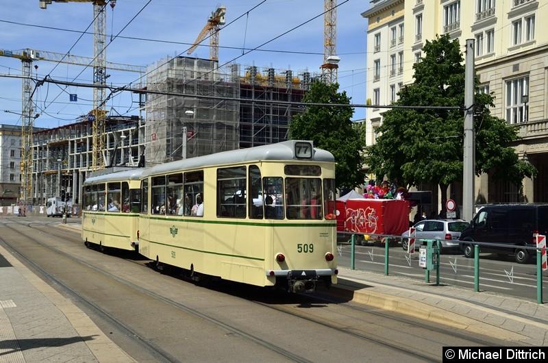 Der historische Triebwagen 413 und sein Beiwagen 509 stehen an der Kreuzung Ernst-Reuter-Allee/Breiter Weg.