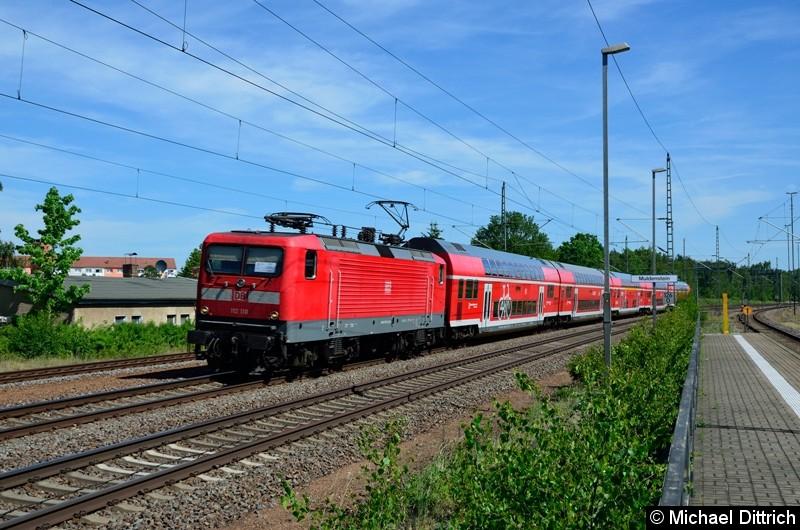 112 110 zieht einen der Kirchentagssonderzüge durch Muldenstein.