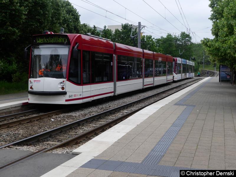 TW 641+629 als Werkstattfahrt bei der Durchfahrt der Haltestelle Melchendorfer Markt.