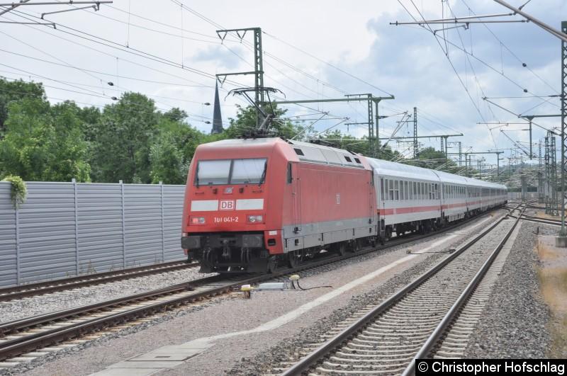 Bild: BR 101 beim Verlassen des Erfurter Hauptbahnhofes an einen IC.