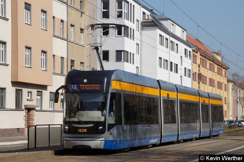 TW 1225 als Linie 12 Johannisplatz/4E Riebeckstraße an der Haltestelle Gottschallstr.