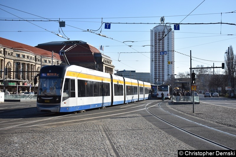 TW 1202 als Linie 15 beim Verlassen der Haltestelle Hauptbahnhof