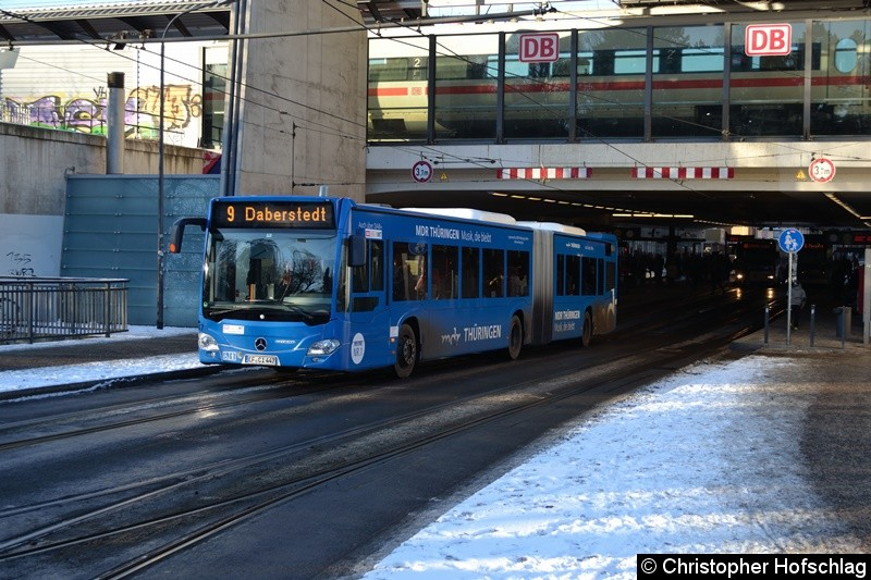 Wagen 447 als Linie 9 in Richtug Daberstedt, beim Verlassen der Haltestelle Hauptbahnhof.