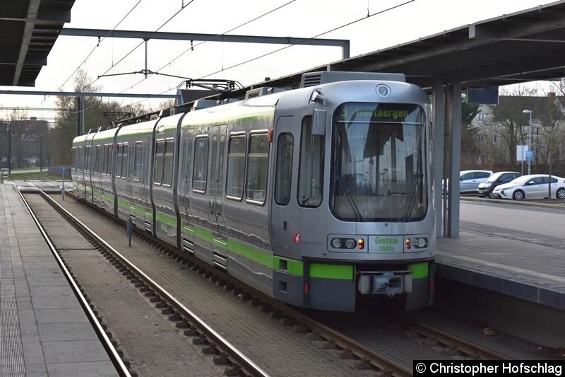 TW 2581+2557 als Linie 3 in Altwarmbüchen.