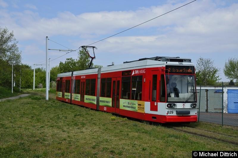 629 erreicht als Linie 2 gerade die Wendeschleife an der Soltauer Straße.