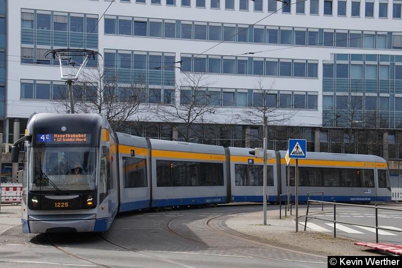 TW 1225 als Linie 4E Hauptbahnhof / 12 Gohlis-Nord beim einbiegen in die Riebeckstraße kommend von der Prager Str.