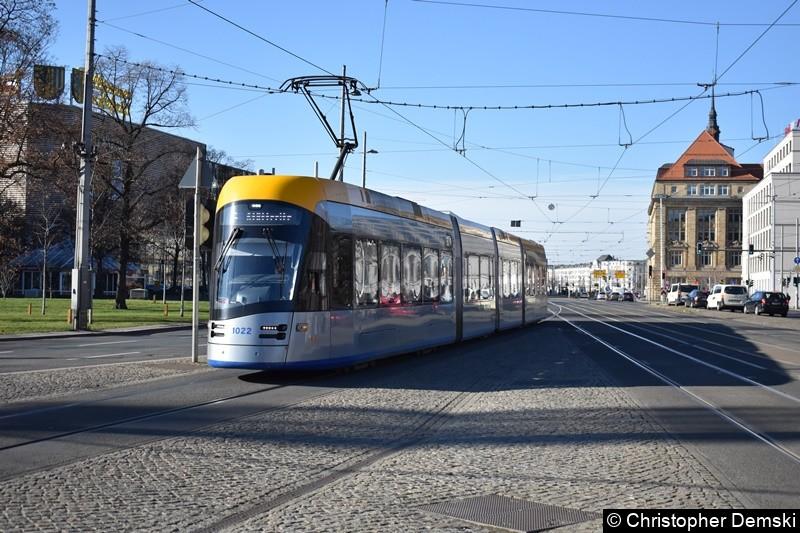 TW 1022 als Linie 4 kurz vor der Haltestelle Hauptbahnhof