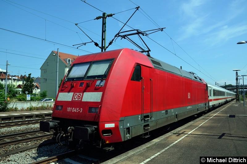 Bild: 101 045 mit dem EC 219 in Esslingen (Neckar).