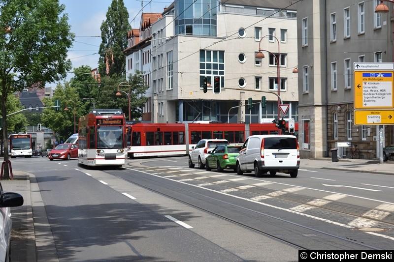 TW 612+614 als Linie 1, kommend von der Haltestelle Kaffeetricher, beim Abbiegen in die Arnstädter Straße.